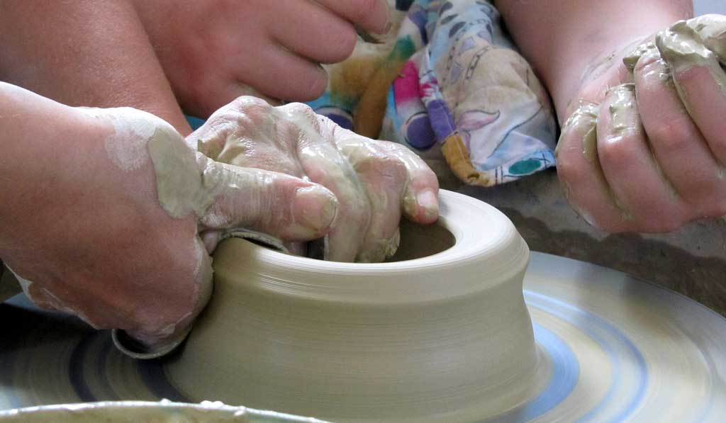 manos haciendo cerámica