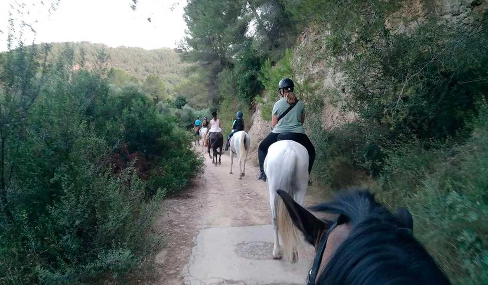 grupo de gente a caballo