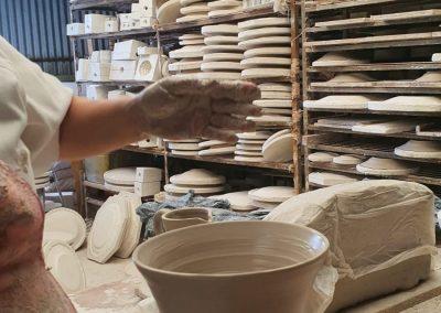 Jarrón de cerámica en el torno