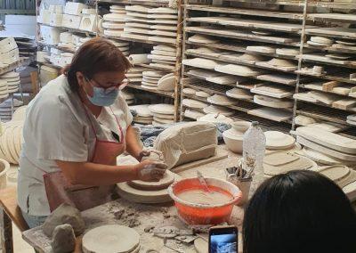 Persona fotografiando a ceramista