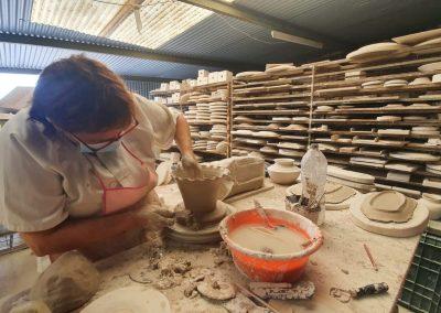 Mujer trabajando la cerámica