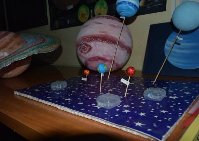 Planetas simulados sobre una cartulina