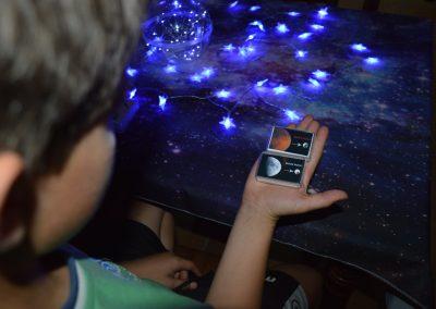 Niño observando luces que simulan estrellas