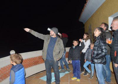 Grupo de personas observando las estrellas