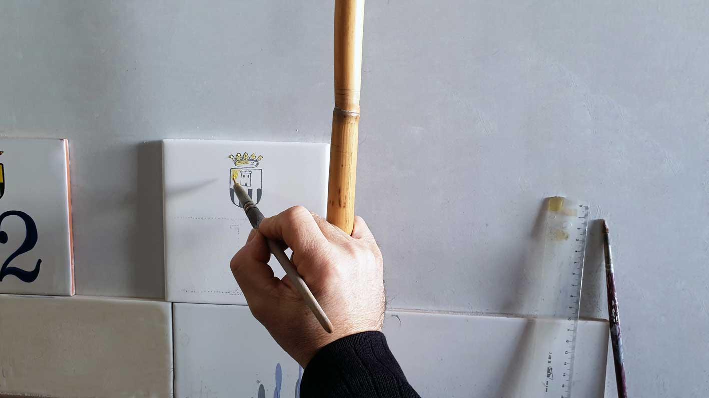 pintar a mano un azulejo